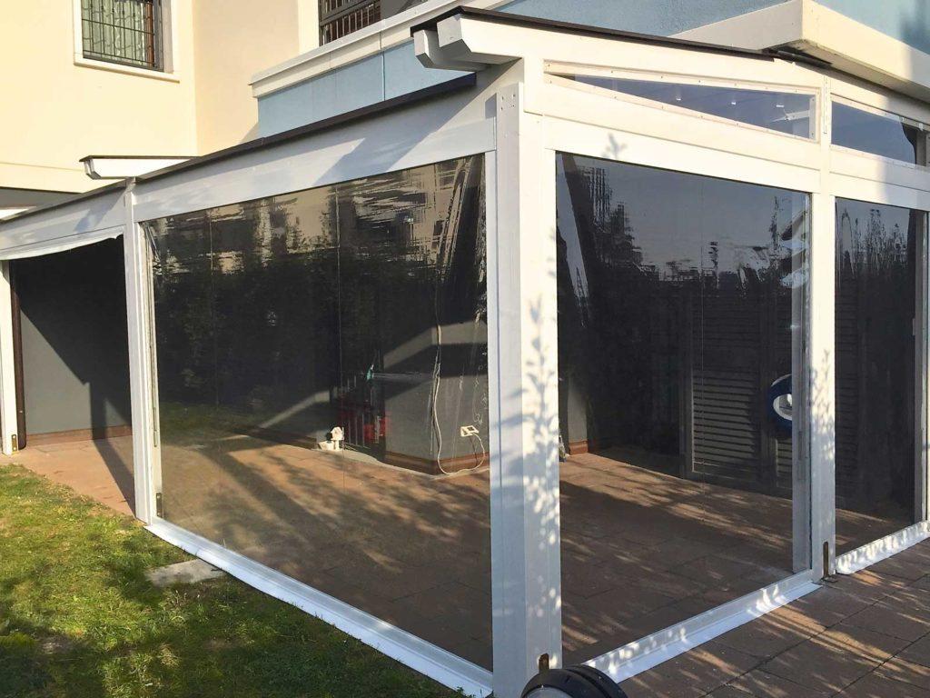 Veranda smaltata con coperto a tenda in pvc impermeabile retraibile motorizzata e tende termiche motorizzate