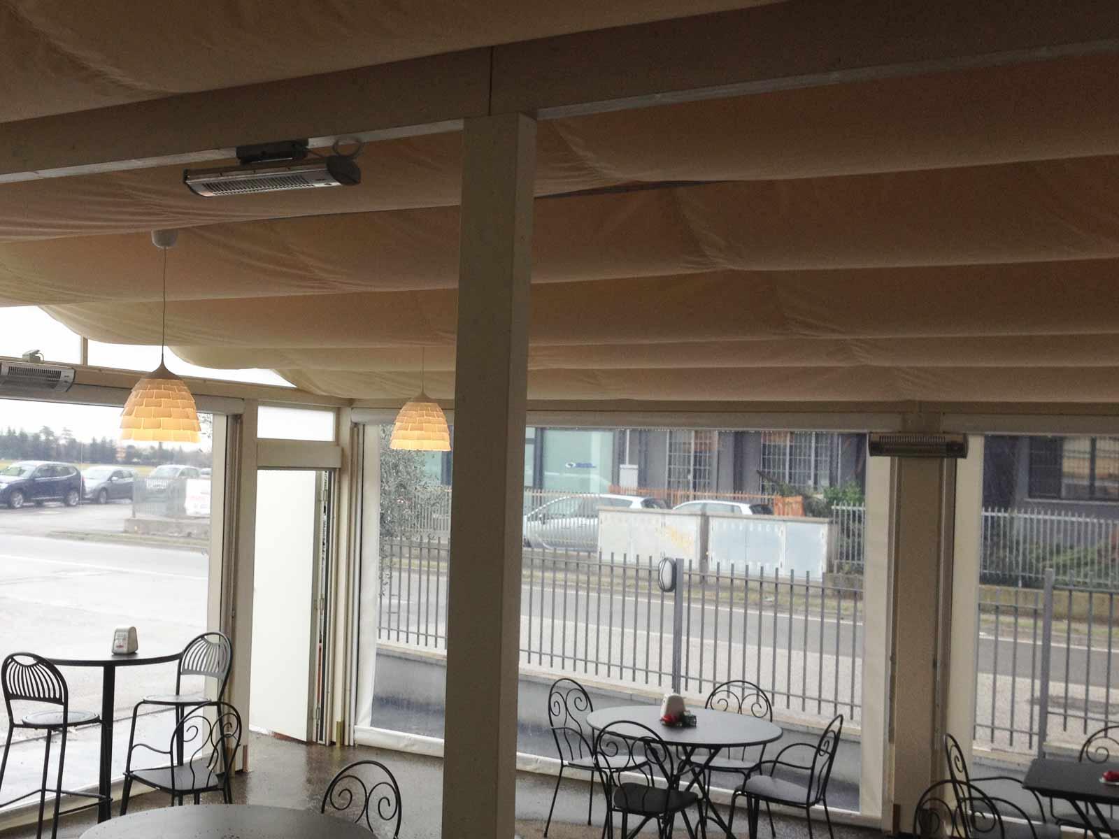 Veranda con teli a onde a soffitto e chiusure perimetrali
